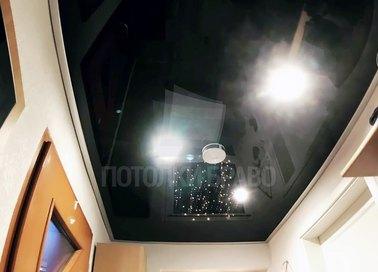 Глянцевый черный натяжной потолок для коридора НП-682