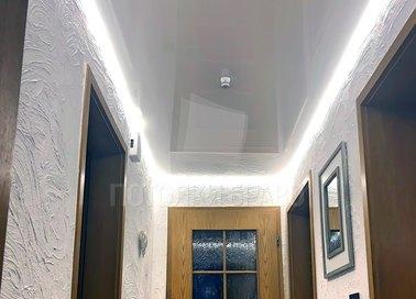 Глянцевый белый натяжной потолок барокко в коридор НП-692