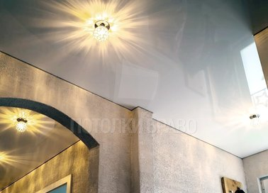 Глянцевый серый натяжной потолок под люстру в коридор НП-693