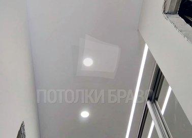 Матовый натяжной потолок с точечными светильниками в коридор НП-704