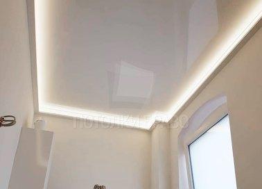Белый глянцевый натяжной потолок для коридора с подсветкой НП-713