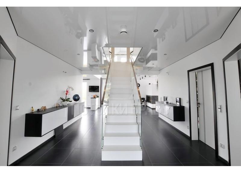 Белый глянцевый натяжной потолок с подсветкой для холла НП-715