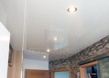 Белый глянцевый натяжной потолок с подсветкой для коридора НП-716