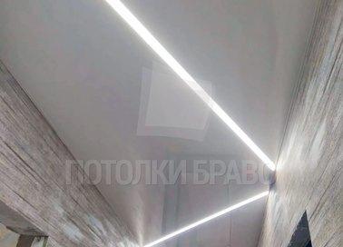 Серый глянцевый натяжной потолок с Z-образной подсветкой НП-719 - фото 3