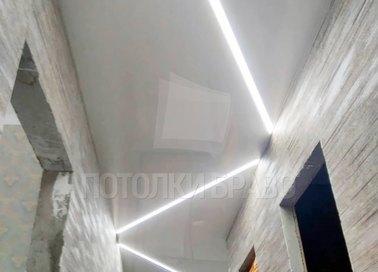 Серый глянцевый натяжной потолок с Z-образной подсветкой НП-719 - фото 4