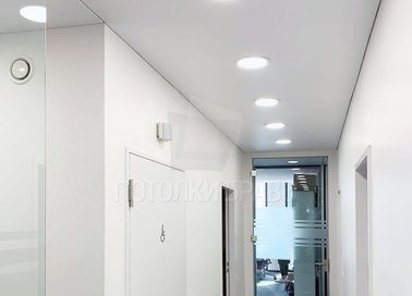 Белый сатиновый натяжной потолок с подсветкой для коридора НП-721