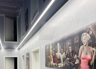 Черный глянцевый натяжной потолок с подсветкой для коридора НП-725 - фото 4