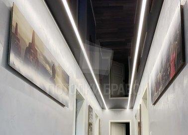 Черный глянцевый натяжной потолок с подсветкой для коридора НП-725