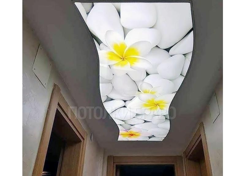 Натяжной потолок с бело-желтыми цветами НП-729