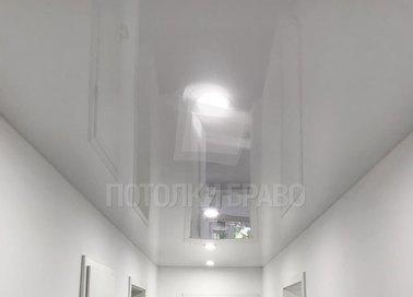 Белый глянцевый натяжной потолок для коридора НП-742