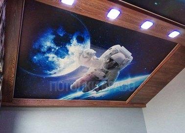 Темный матовый натяжной потолок с изображением космонавта НП-759