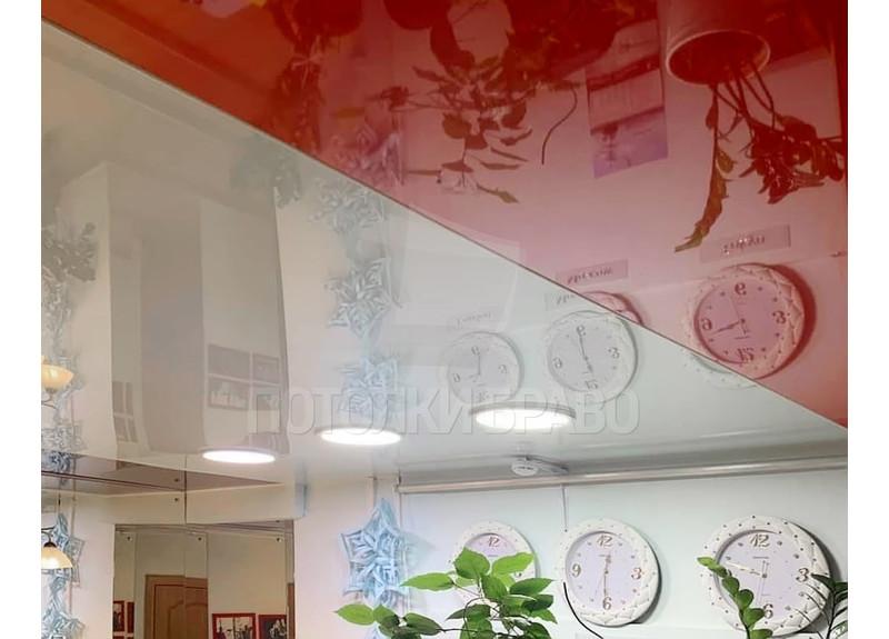 Глянцевый красно-белый натяжной потолок для жилой комнаты НП-774