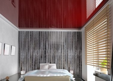 Красный глянцевый натяжной потолок для спальни НП-776