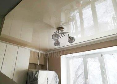 Глянцевый бежевый под люстру в кухне натяжной потолок НП-792