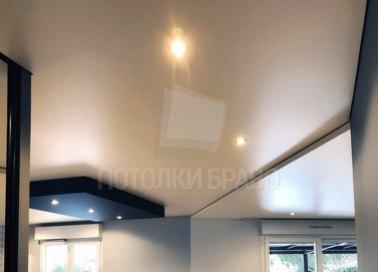 Матовый бежевый со светильниками натяжной потолок НП-797