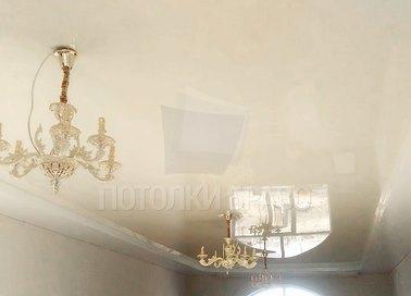Глянцевый бежевый натяжной потолок для жилой комнаты НП-803
