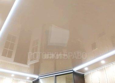 Бежевый глянцевый натяжной потолок с диодными лентами НП-804