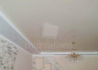 Двухуровневый бежевый натяжной потолок для жилой комнаты НП-805