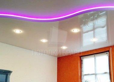 Волнообразный натяжной потолок с сиреневой подсветкой НП-807