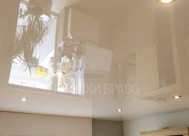 Глянцевый бежевый натяжной потолок со светильниками НП-808
