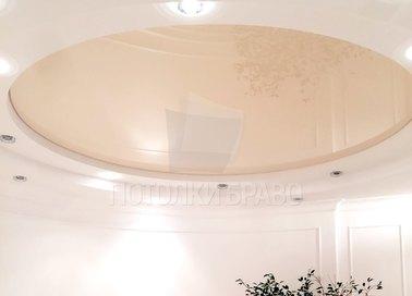 Белый матовый натяжной потолок с бежевым кругом НП-817