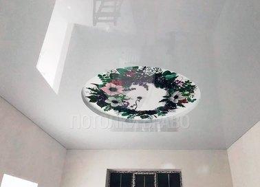 Серый глянцевый натяжной потолок с цветами в кругу НП-820