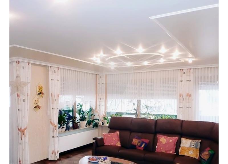 Фактурный натяжной потолок с красивой люстрой для гостиной НП-821