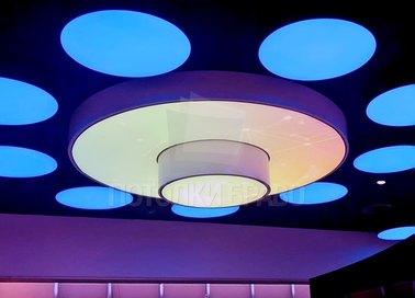 Темный натяжной потолок с круглыми голубыми светильниками НП-839