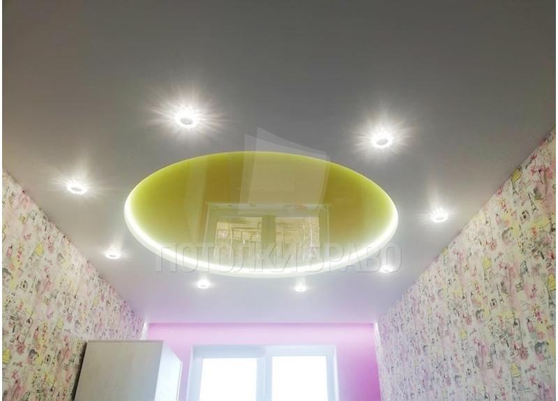 Бело-желтый натяжной потолок с круглой подсветкой НП-841