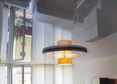 Серый натяжной потолок с оранжевой люстрой НП-856