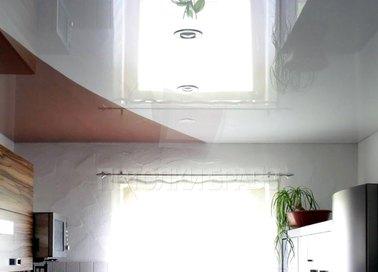 Коричнево-белый глянцевый натяжной потолок для кухни НП-873 - фото 2