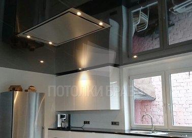 Черный зеркальный натяжной потолок для кухни НП-875