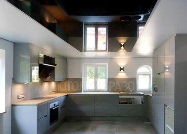 Черно-белый глянцевый натяжной потолок для кухни НП-881