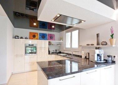 Сложный фактурный натяжной потолок для кухни НП-892