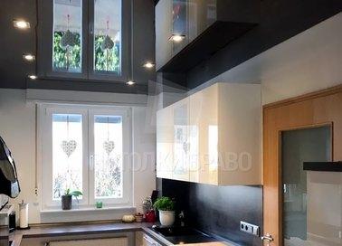 Черный зеркальный натяжной потолок для кухни НП-899