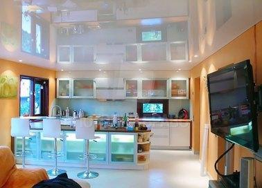 Глянцевый натяжной потолок для современной квартиры НП-905