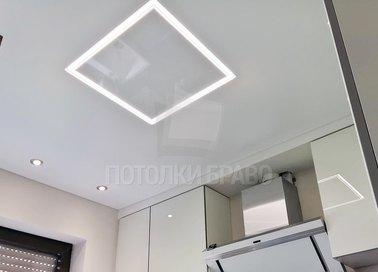 Матовый натяжной потолок с квадратным светильником НП-907