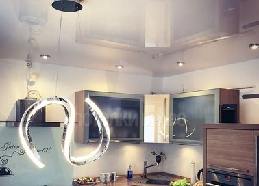 Зеркальный натяжной потолок для современной кухни НП-909