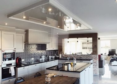 Глянцевый натяжной потолок с матовым тоном в кухню НП-927