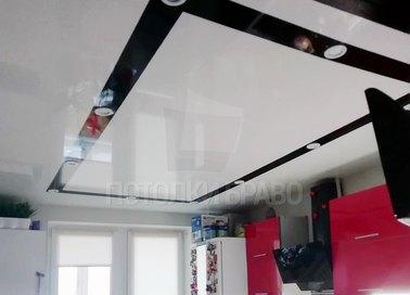 Белый глянцевый натяжной потолок в кухню с черным периметром НП-928 - фото 2