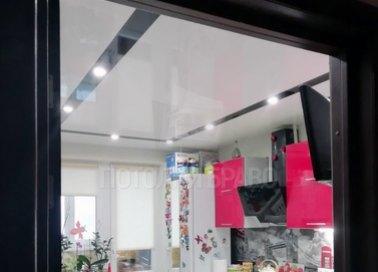 Белый глянцевый натяжной потолок в кухню с черным периметром НП-928 - фото 3