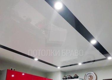Белый глянцевый натяжной потолок в кухню с черным периметром НП-928