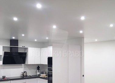Классический белый натяжной потолок с освещением НП-943