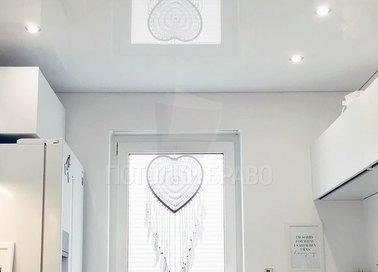 Современный глянцевый натяжной потолок для кухни НП-950 - фото 2