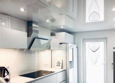 Современный глянцевый натяжной потолок для кухни НП-950