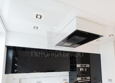 Глянцевый белый натяжной потолок на кухне НП-955