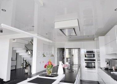 Белый глянцевый натяжной потолок с подсветкой для кухни НП-1751