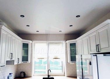 Белый матовый натяжной потолок для кухни с подсветкой НП-973