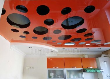 Глянцевый натяжной потолок в красно-черном дизайне НП-976