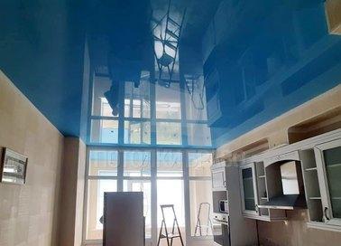 Синий глянцевый натяжной потолок для кухни НП-977 - фото 2